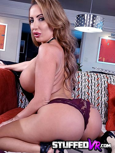 Richelle Ryan fat ass in thong and masturbating in virtual reality